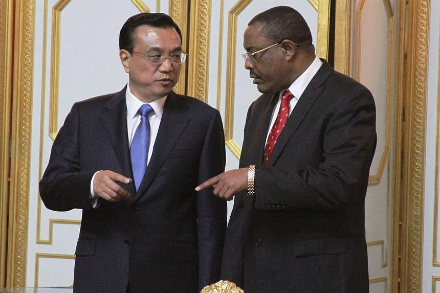 Chinese Premier Li Keqiang (left) and Ethiopian Prime Minister Hailemariam Desalegn talk after a meeting at Ethiopian capital Addis Ababa, on May 4, 2014. -- PHOTO: REUTERS