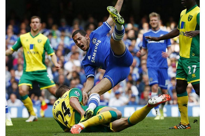 Chelsea's Eden Hazard (top) is challenged by Norwich City's Ryan Bennett during their English Premier League soccer match at the Stamford Bridge in London on May 4, 2014. -- PHOTO: REUTERS