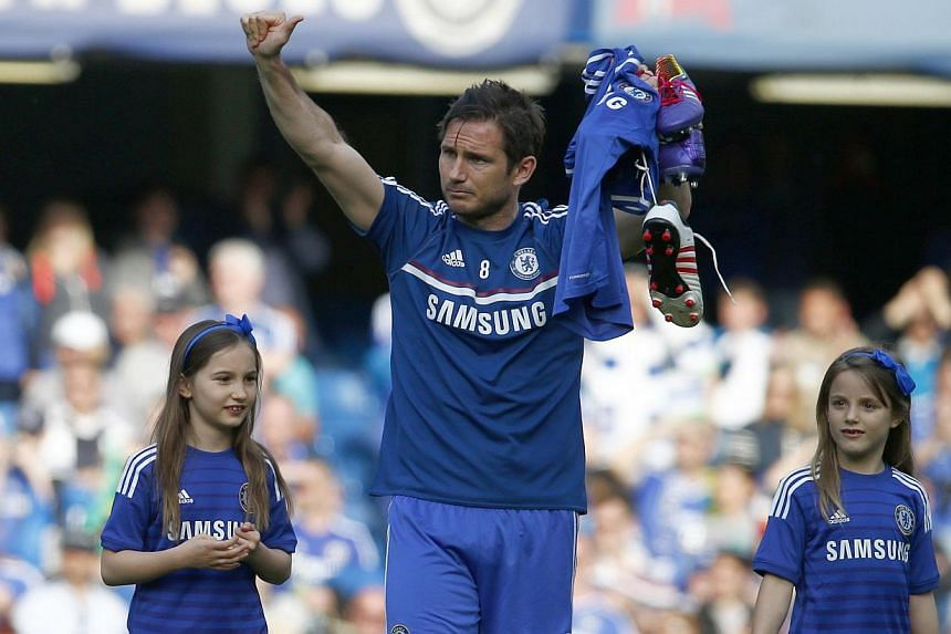 Chelsea's Frank Lampard (centre) walks on the pitch with his daughters Isla (left) and Luna following their English Premier League soccer match against Norwich City at the Stamford Bridge in London May 4, 2014. -- PHOTO: REUTERS