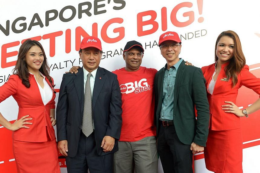 AirAsia's group CEO Tony Fernandes, DBS' Singapore Country Head, Sim S. Lim (left) and StarHub's CEO Tan Tong Hai, together with AirAsia staff. -- ST FILE PHOTO: NG SOR LUAN