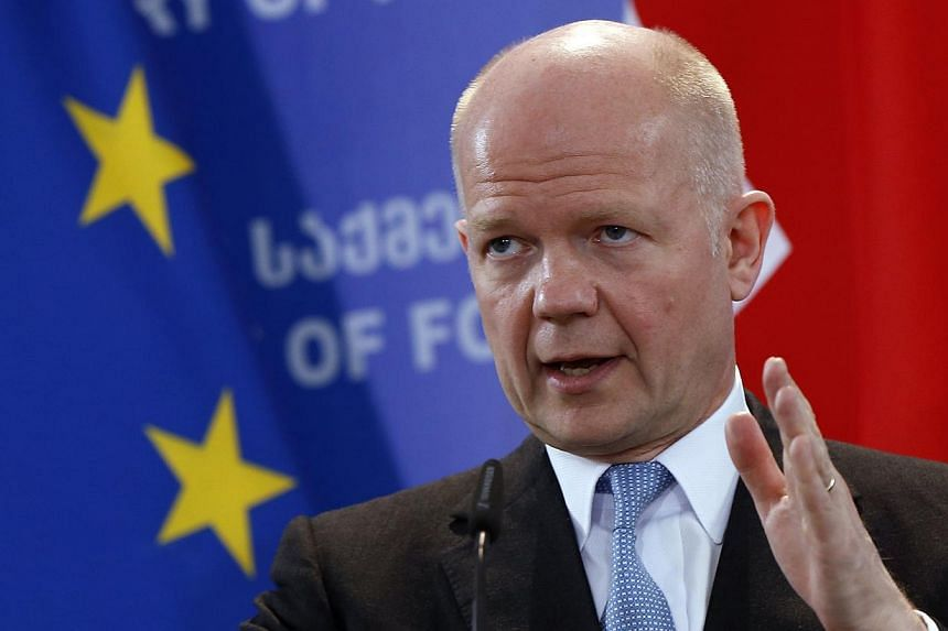 British foreign minister William Hague said on Thursday there was no sign of Russia withdrawing troops from the Ukrainian border and urged pro-Russian separatists in eastern Ukraine not to hold a planned independence referendum. -- PHOTO: REUTERS