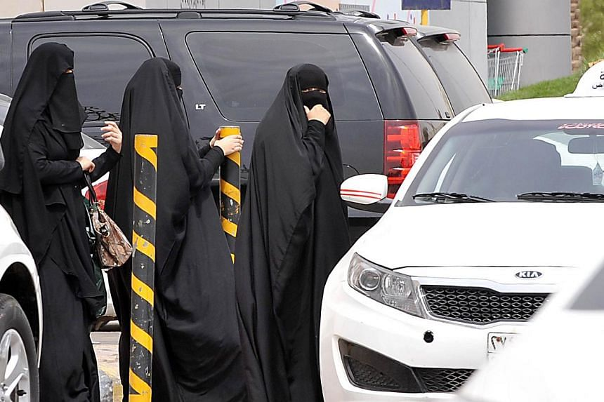 Saudi women leave a mall after shopping in the capital Riyadh, on March 29, 2014. A Saudi woman was killed in a car crash in the capital on Thursday as she defied the kingdom's long-standing ban on female driving, local media reported.-- FILE P
