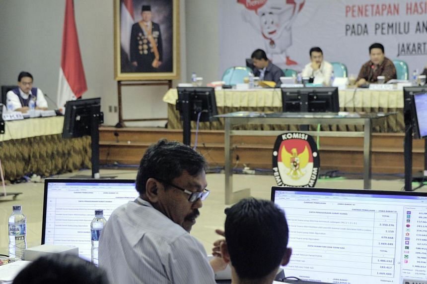 Election commission officials and party representatives tabulate the legislative election in Jakarta on May 9, 2014. -- PHOTO: AFP