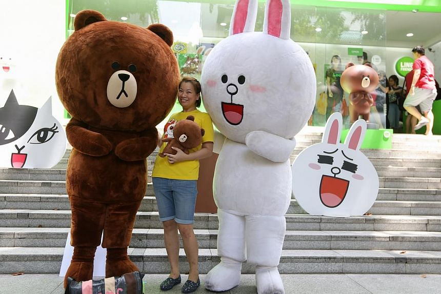 """Mr Alex Wee threw a surprise wedding proposal to his girlfriend, Ms Cheryl Foo, by disguising himself in a Line mascot called """"Brown"""" outside the Line pop-up store. -- ST PHOTO:ONG WEE JIN"""
