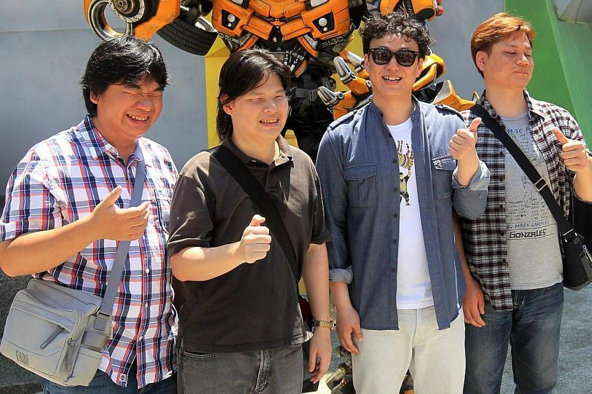 Blind Taiwanese singer Hsiao Huang-chi (second from right) visits Singapore Universal Studio. --  PHOTO: ZAO BAO