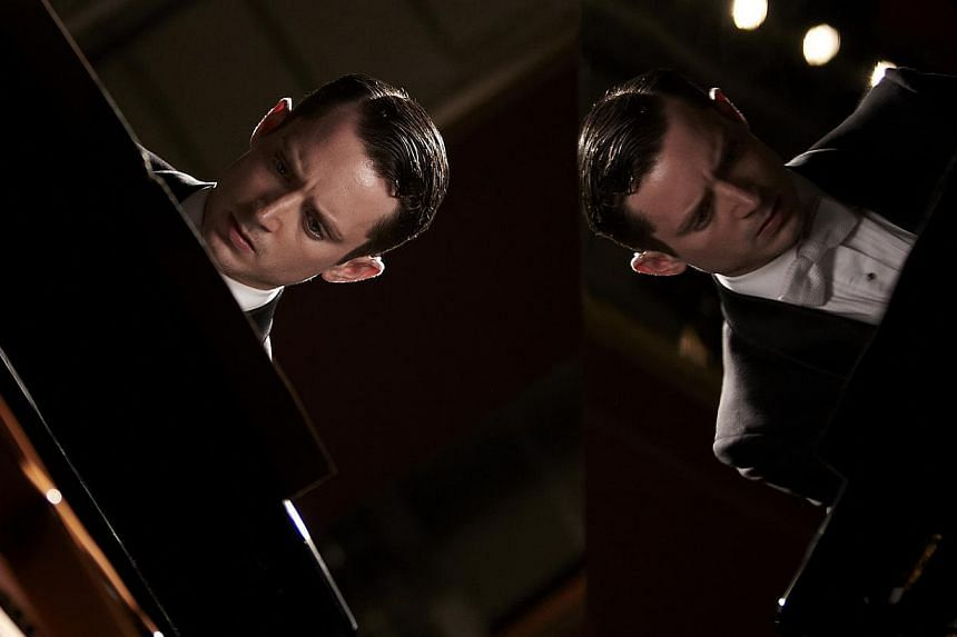 As a pianist facing a death threat, Elijah Wood has to make a call, send a message and avoid being seen by a sniper while performing.