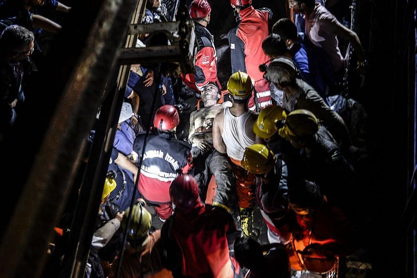 An injured miner came out carried by rescuers after an explosion in Manisa on May 13, 2014. -- PHOTO: AFP