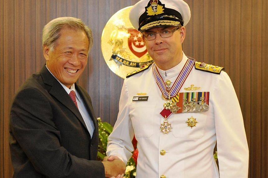 Minister for Defence Dr Ng Eng Hen presented the Pingat Jasa Gemilang (Tentera) to the Chief of Navy of the Royal Australian Navy, Vice Admiral (VADM) Ray Griggs this morning. --PHOTO: MINDEF