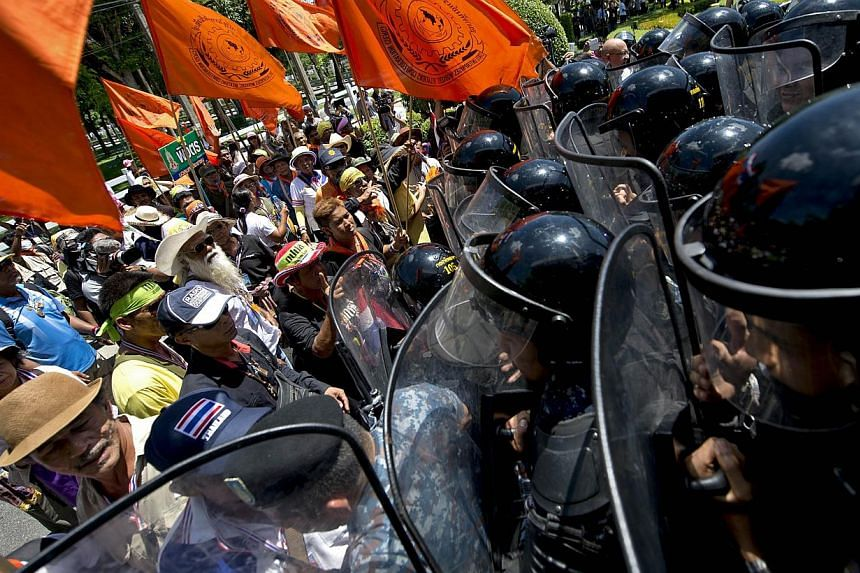 Thai anti-government protesters face off with Airforce military as they storm a meeting venue between Government and Election Commission at the Air Force auditorium in Bangkok on May 15, 2014.Thailand's army chief warned on Thursday that the mi