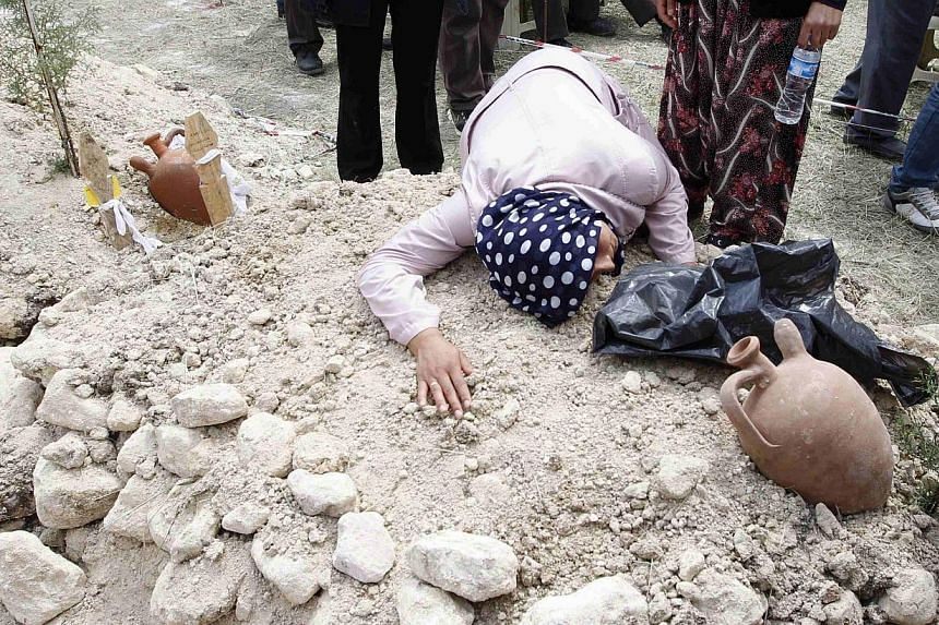 A woman mourns during the funeral of a miner who died in a fire at a coal mine, at a cemetery in Soma, a district in Turkey's western province of Manisa on May 15, 2014. -- PHOTO : REUTERS