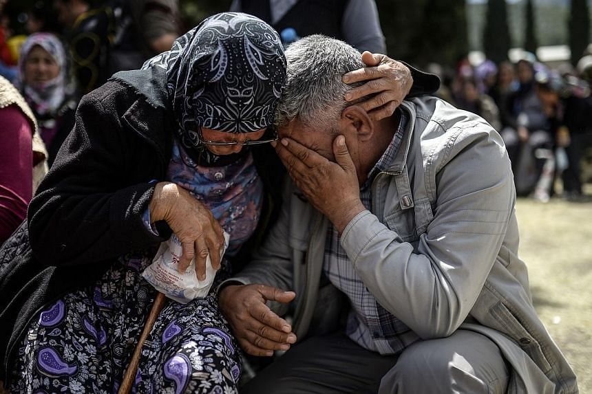 People react during a funeral ceremony of miners who died in an explosion on May 15, 2014, in the western town of Soma in the Manisa province. -- PHOTO : AFP