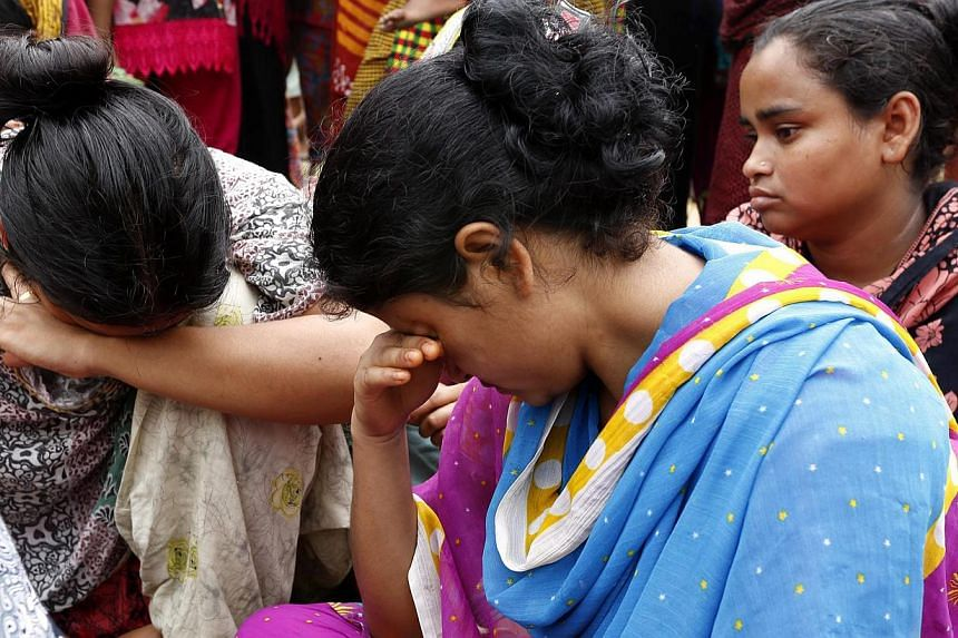 Relatives mourn as they wait for the rescue operations of the sunken ferry MV Miraj 4 in the Megna River near Munshiganj, Bangladesh, on May 16, 2014. -- PHOTO: EPA