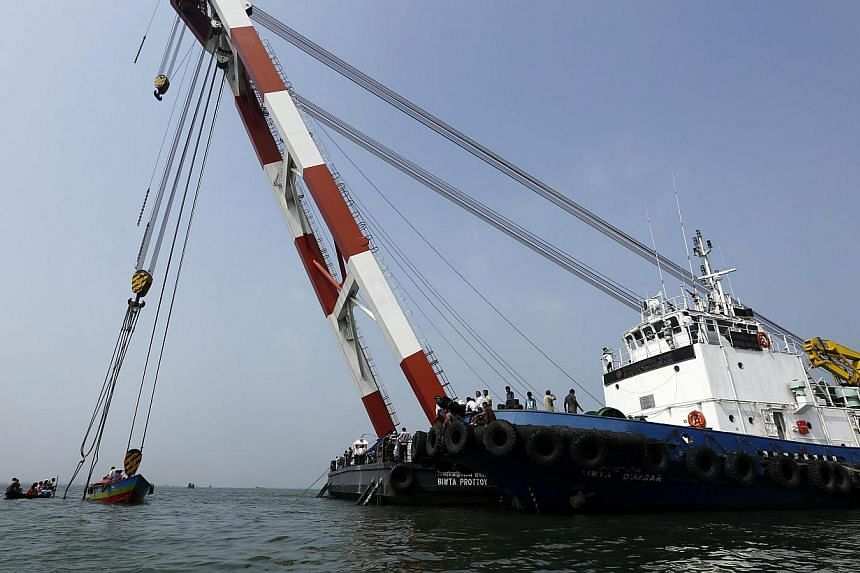 Rescue operations are undergoing to recover the sunken ferry MV Miraj 4 in the Megna River near Munshiganj, Bangladesh, on 16 May 2014. -- PHOTO: EPA