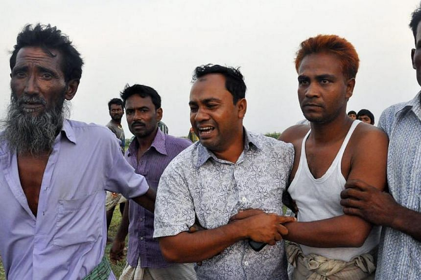 Relatives wail as they look for missing realtives from the sunken ferry MV Miraj-4 near Daulatdia in Munshiganj, Bangladesh, on 15 May 2014. -- FILE PHOTO: EPA