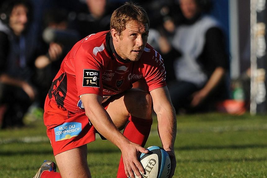 Toulon's English fly-half Jonny Wilkinson adjusts the ball before kicking a penalty during the French Top 14 rugby union match Aviron Bayonnais vs RC Toulon on February 23, 2014 at the Jean Dauger Stadium in Bayonne, southwestern France.Toulon