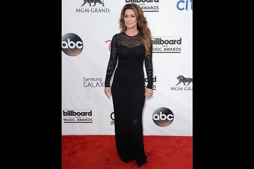 Shania Twain shows Dencia how to do classy with a body-conscious dress that is sexy but not slutty. -- PHOTO: AFP