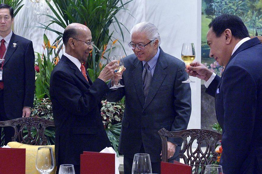 President Tony Tan Keng Yam toasting Malaysia's Yang di-Pertuan Agong Tuanku Alhaj Abdul Halim Mu'adzam Shah (left). Joining them is Tunku Laksamana Kedah, Tan Sri Dato' Seri Di Raja Tunku Abdul Hamid Thani (right).