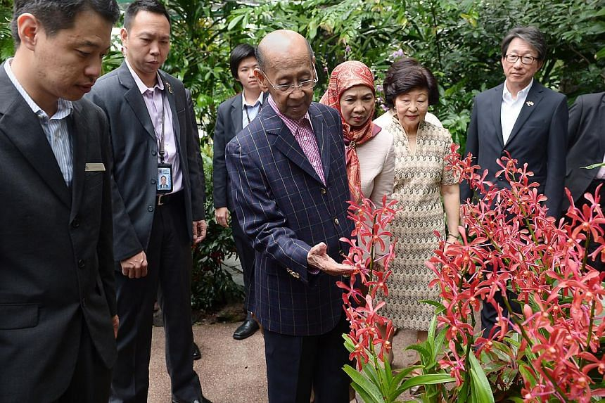 Yang di-Pertuan Agong Tuanku Alhaj Abdul Halim Mu'adzam Shah (centre) and his wife were accompanied by Singapore's First Lady Mary Tan at the Botanic Gardens. -- ST PHOTO: NG SOR LUAN