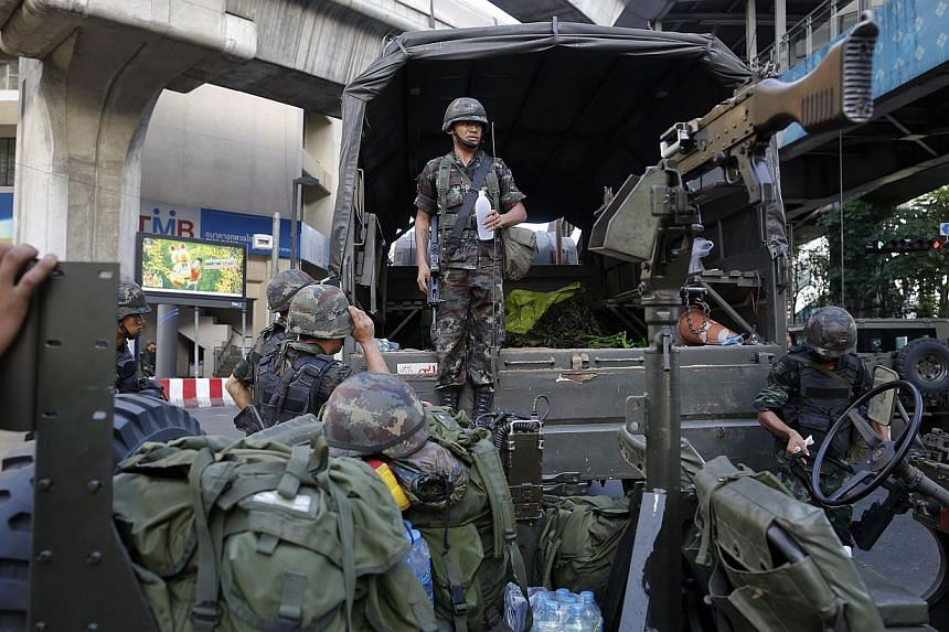 Thai soldiers take their positions in the middle of a main intersection in Bangkok's shopping district on May 20, 2014. -- PHOTO: REUTERS