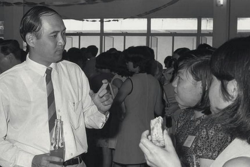Dr Lee Chiaw Meng attending a freshmen tea party in the Ngee Ann Technical College. After a two-and-a-half year battle with duodenum cancer, former Education Minister Lee Chiaw Meng, 64, died at National University Hospital in 2001. -- PHOT