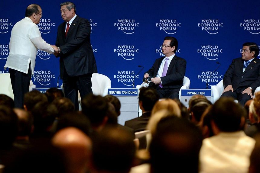 Philippine President Benigno Aquino (left) shakes hands with Indonesian President Susilo Bambang Yudhoyono (right) during the World Economic Forum on East Asia in Manila on May 22, 2014. The Philippines and Indonesia formally signed on Friday an agre