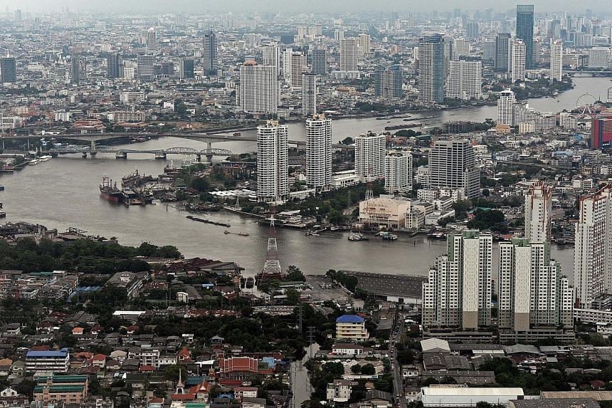 Thailand's finance ministry is proposing a state budget of 2.6 trillion baht (S$100 billion) for the fiscal year starting Oct 1 and a smaller deficit than this year's at up to 200 billion baht, a senior ministry official said on Tuesday, May 27, 2014