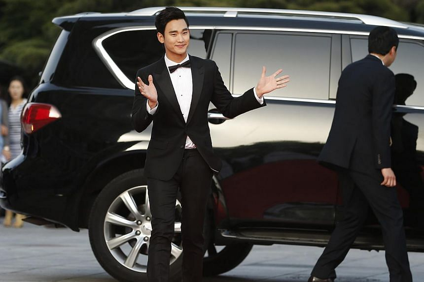 South Korean actor Kim Soo Hyun waves to his fans upon his arrival at the 50th Baeksang Arts Awards in Seoul on May 27, 2014. -- PHOTO: REUTERS