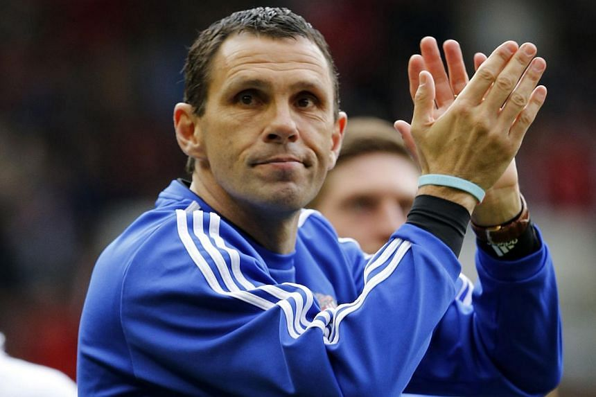 Sunderland manager Gus Poyet (centre) applauds the fans after their English Premier League soccer match against Swansea City at the Stadium of Light in Sunderland, northern England on May 11, 2014. -- PHOTO:REUTERS