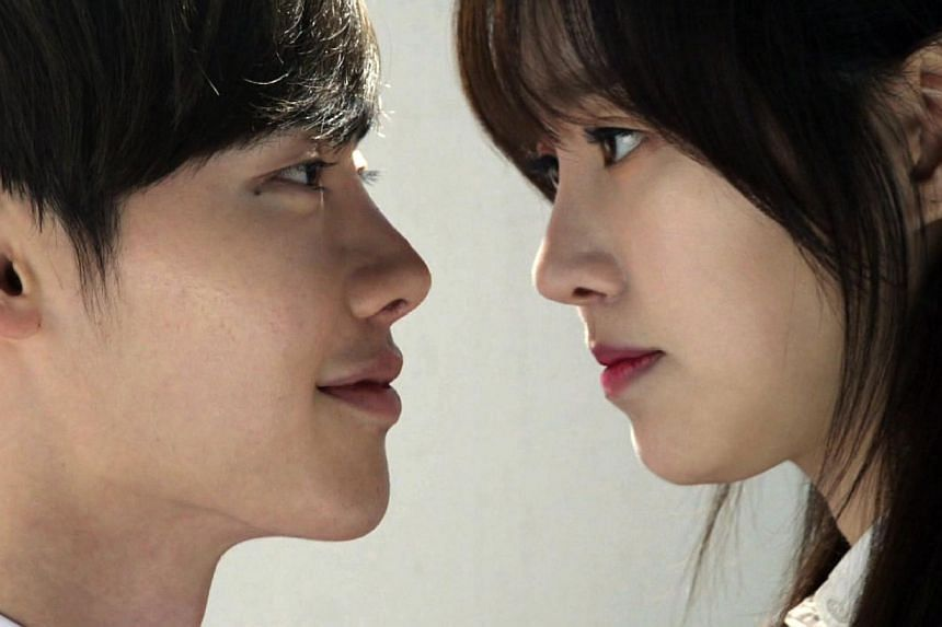 Doctor Stranger stars Lee Jong Suk as a surgical genius who flees from North Korea to the South and Jin Se Yeon as his first love.Korean drama Doctor Stranger has gained popularity throughout China, with the number of hits surpassing over 100 m