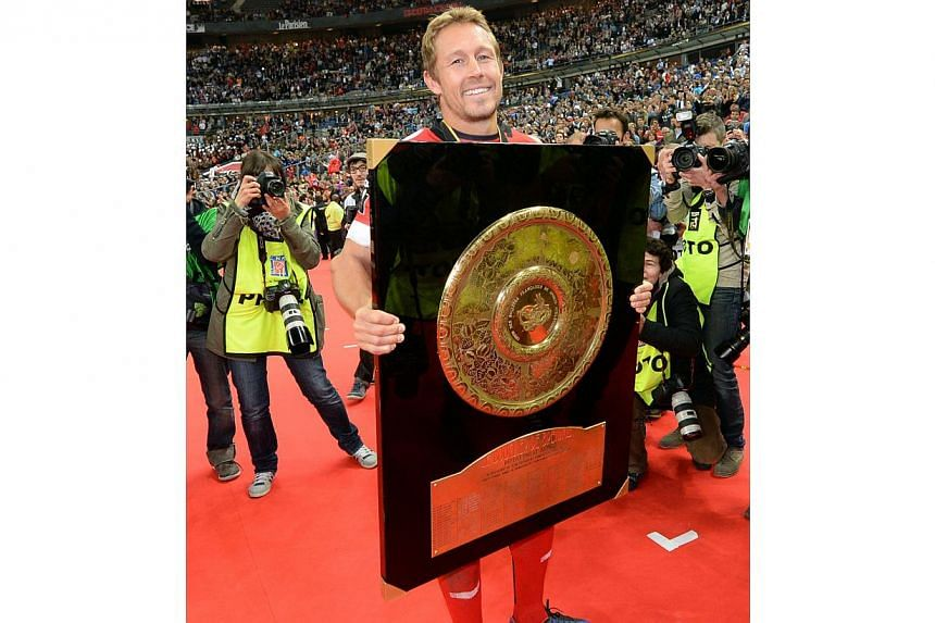 """RC Toulon's British fly-half Jonny Wilkinson carries the Top 14 championship """"Bouclier de Brennus"""" (Brennus shield) trophy after winning the French Top 14 rugby union final between Castres Olympique and RC Toulon, at the Stade de France stadium in Sa"""