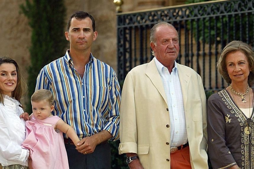 (From right) Spain's Queen Sofia, King Juan Carlos, Prince Felipe, his wife Letizia and daughter Leonor posing for the press at Marivent Palace in Palma de Mallorca on August 8, 2006. -- PHOTO: AFP