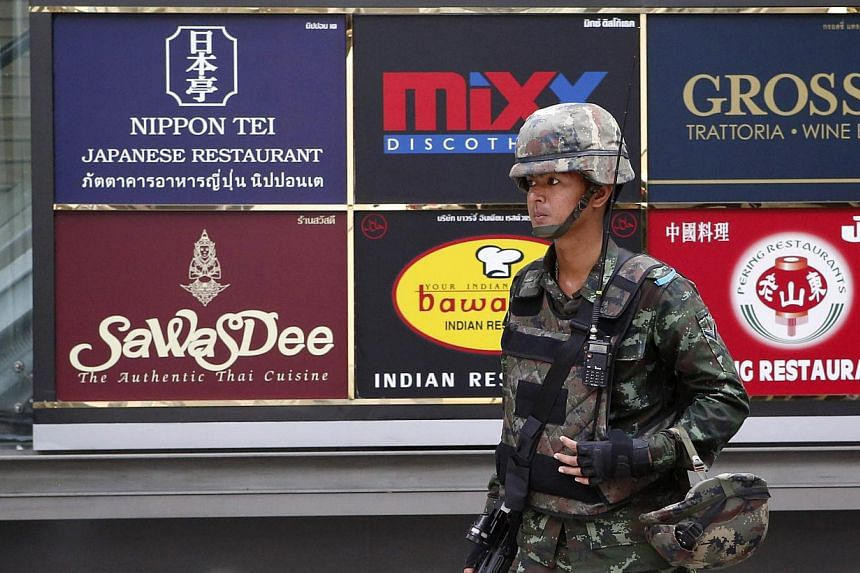 A soldier stands guard outside a shopping mall to stop protests against military rule at a shopping district in central Bangkok June 1, 2014. -- PHOTO: REUTERS