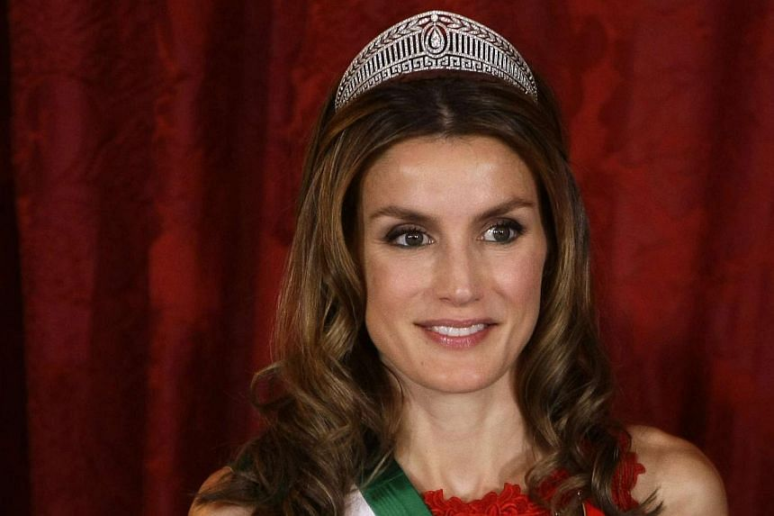 Spain's Princess Letizia poses for a photo before a gala dinner at Madrid's Royal Palace on Oct 19, 2009. -- PHOTO: REUTERS