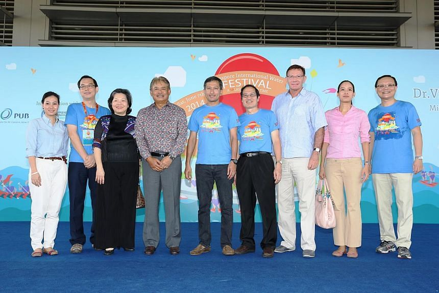 Dr Vivian Balakrishnan, Minister for the Environment and Water Resources, is flanked by diplomats, members of the SIWF organising committee, and principal and CEO of Singapore Polytechnic, Mr Tan Choon Shian (far right).-- PHOTO:SINGAPORE