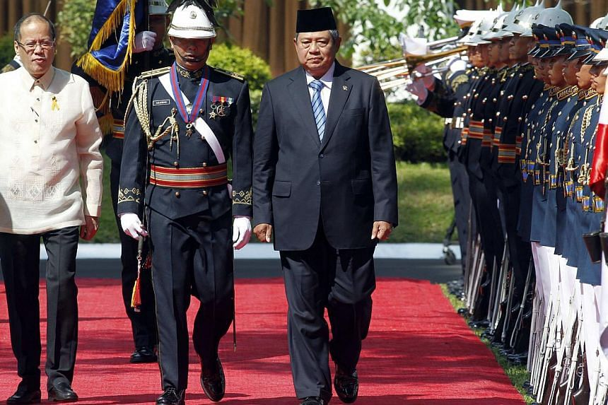 Philippine President Benigno Aquino (left) and visiting Indonesia President Susilo Bambang Yudhoyono (right) reviewing honour guards at the presidential palace in Manila on May 23, 2014. -- PHOTO: REUTERS