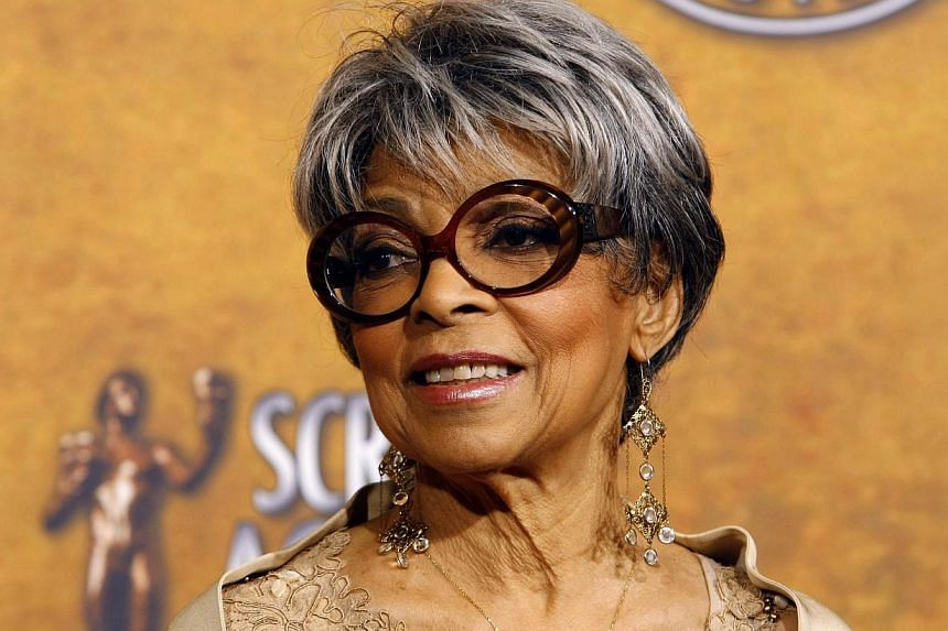 """Ruby Dee, winner of outstanding performance by a female actor in a supporting role for her part in """"American Gangster'', poses backstage at the 14th annual Screen Actors Guild Awards in Los Angeles, in this Jan 27, 2008. -- PHOTO: REUTERS"""