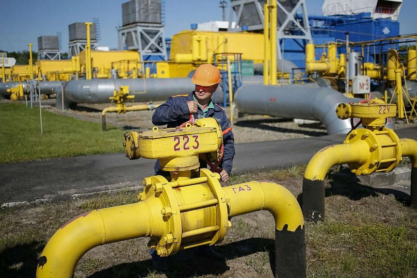 A worker turns a valve at an underground gas storage facility near Striy in western Ukraine in this May 21, 2014 file photo.Russian gas exporter Gazprom said on Monday that Ukraine had failed to pay at least part of its gas debts by a 0600 GMT