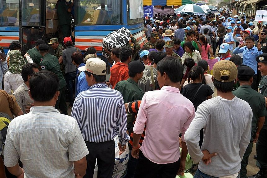 Cambodian migrant workers pack the arrival area in the city of Poipet after crossing the Thai-Cambodian border, in the north-eastern Cambodian province of Banteay Meanchey on Tuesday, June 17, 2014. Thailand and Cambodia agreed on Tuesday to qua