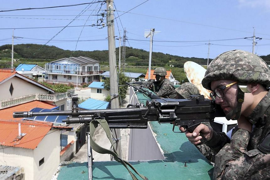 South Korean soldiers take their positions during a search and arrest operation in Goseong June 22, 2014. -- PHOTO: REUTERS