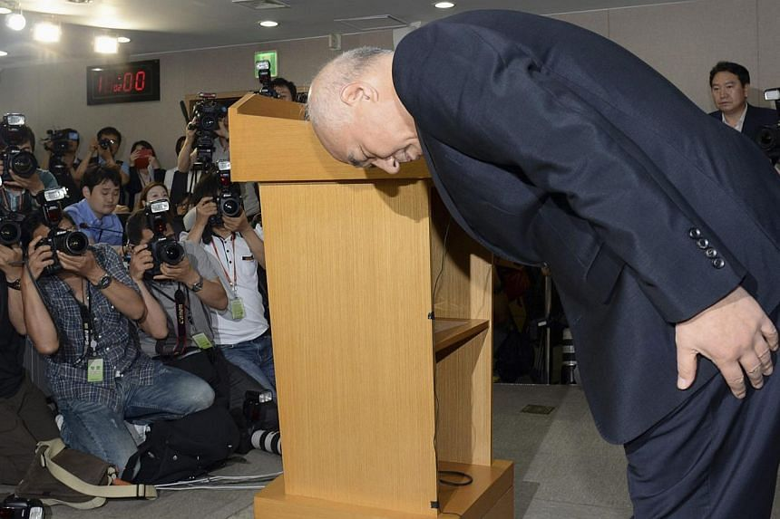 Moon Chang Keuk, a nominee for South Korea's Prime minister, bows during a news conference to withdraw his candidacy at a government complex in Seoul on June 24, 2014. -- PHOTO: REUTERS
