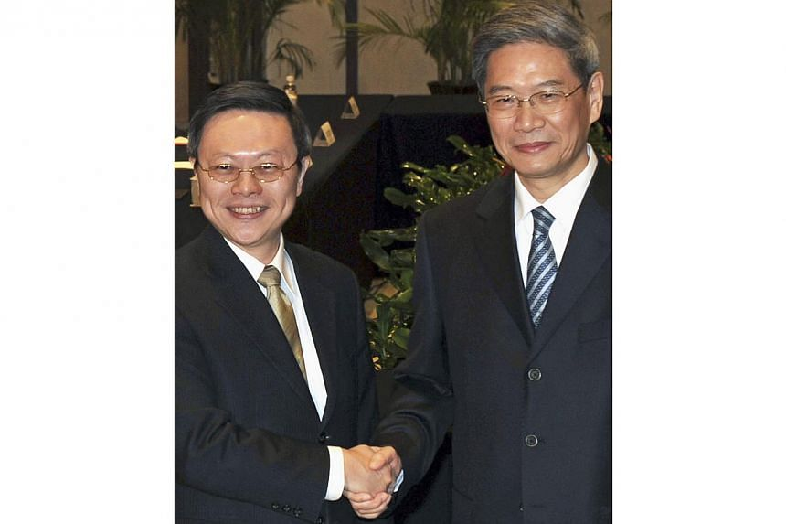 China's Vice-Foreign Minister Zhang Zhijun (right), who heads the Taiwan Affairs Office, shakes hands with Taiwan's Mainland Affairs Minister Wang Yu-chi during their meeting in Nanjing, Jiangsu province, in this February 11, 2014 file photo. -- PHOT