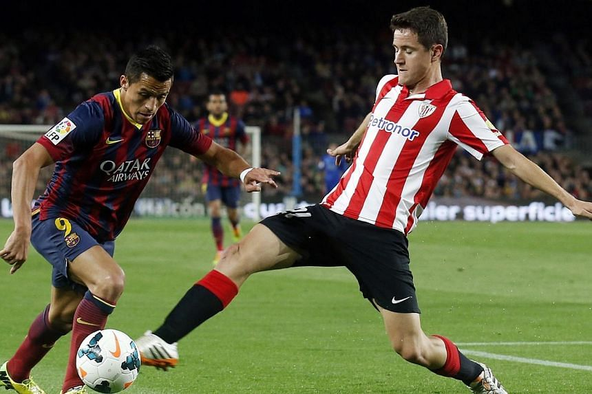 Barcelona's Alexis Sanchez (left) fights for the ball against Athletic Bilbao's Ander Herrera during their La Liga soccer match at Camp Nou stadium in Barcelona on April 20, 2014.Athletic Bilbao has rejected a bid from Manchester United for Her