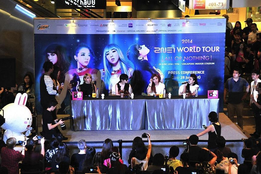 South Korean girl group 2NE1 thrilled close to 3,000 fans at a press conference at Square 2 mall in Novena this afternoon. -- ST PHOTO: DIOS VINCOY JR