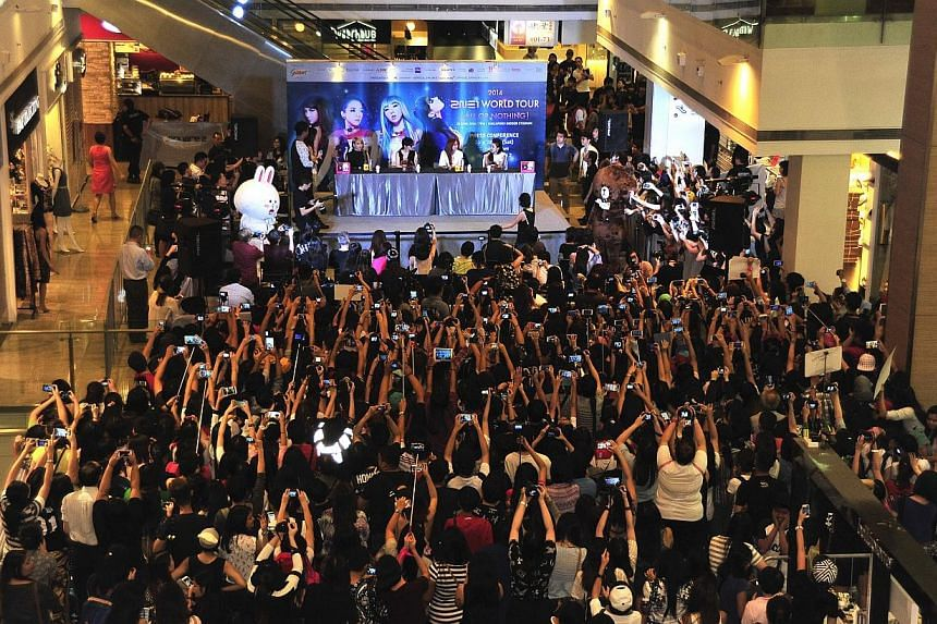 South Korean girl group 2NE1 thrilled close to 3,000 fans at a press conference at Square 2 mall in Novena this afternoon. -- ST PHOTO:DIOS VINCOY JR