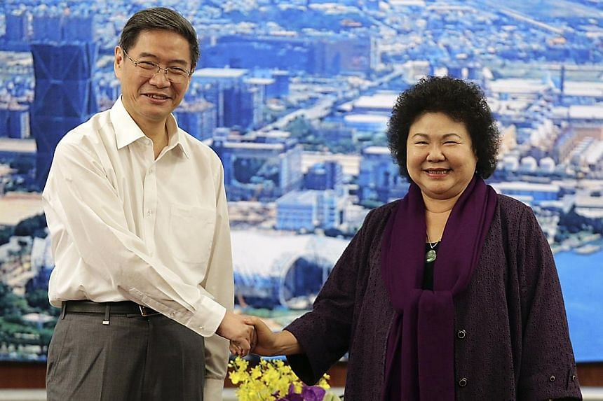 Zhang Zhijun (left), director of China's Taiwan Affairs Office, shakes hand with Kaohsiung City mayor Chen Chu of the Democratic Progressive Party (DPP) in Kaohsiung, southern Taiwan on June 27, 2014.China's top official in charge of Taiwan aff
