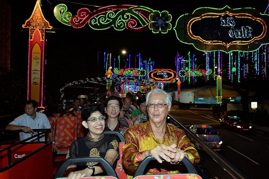 Emeritus Senior MinisterGoh Chok Tong (rigtht),Associate Professor Fatimah Lateef (left)and other guests attend the official launch of Hari Raya Light Up 2014. -- PHOTO: BERITA HARIAN