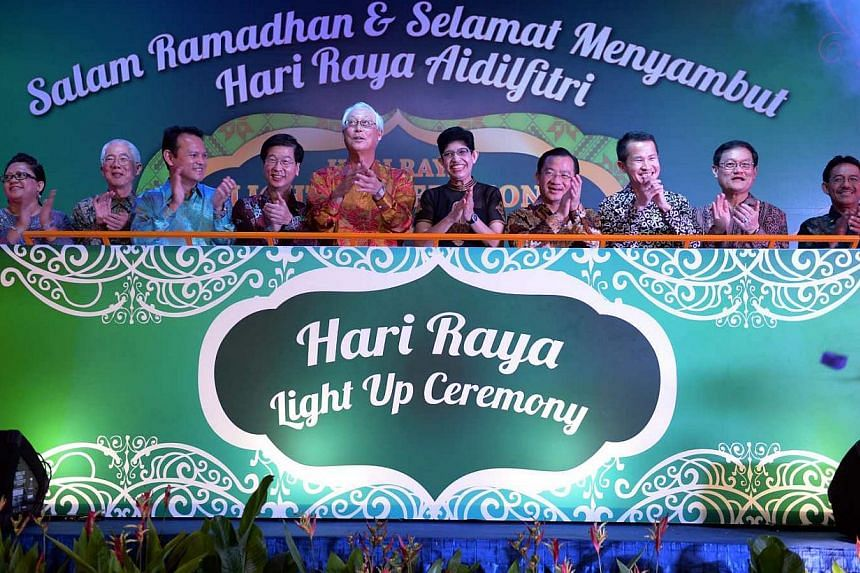 Emeritus Senior MinisterGoh Chok Tong (centre left),Associate Professor Fatimah Lateef (centre right)and other guests attend the official launch of Hari Raya Light Up 2014. -- PHOTO: BERITA HARIAN