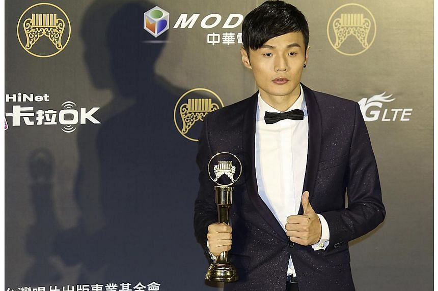 Chinese singer Li Ronghao poses after winning the Best New Artist award at the 25th Golden Melody Awards in Taipei on June 28, 2014. -- PHOTO: REUTERS