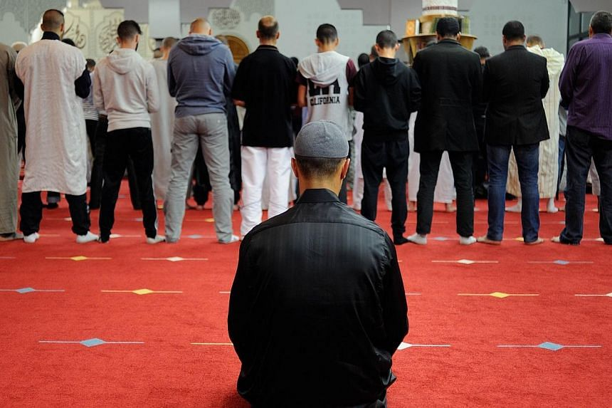 Muslim faithfuls pray at Assalam Mosque on June 28, 2014 in Nantes, western France, on the eve the first day of Ramadan. -- PHOTO: AFP