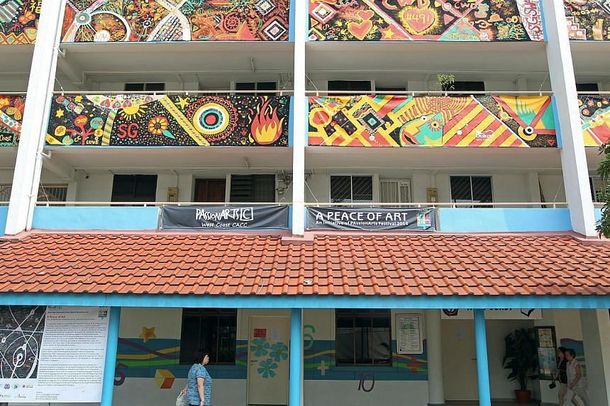 Some 400 residents in the West Coast community created the largest canvas art installation on a HDB block in Singapore. 400 residents from the West Coast constituency set a record yesterday for the largest art installation to be displayed on the